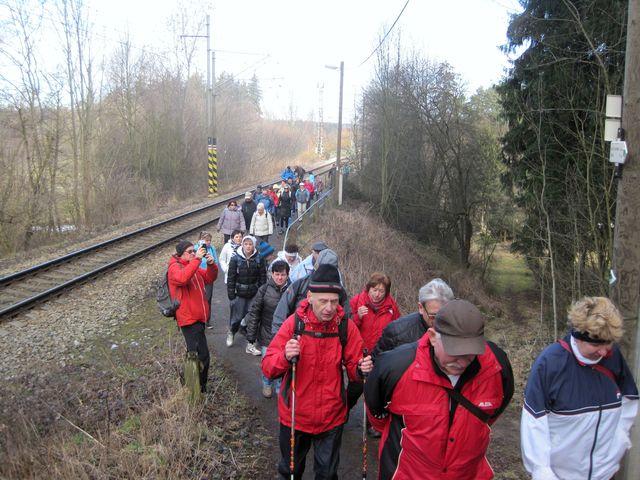 přibližně 80 účastníků vycházky se vydalo po nově vyznačené zelené turistické trase na vrch sv. Antonína