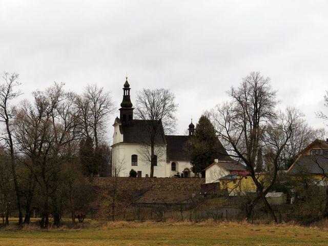 kostel sv. Kunhuty v Kostelci byl chráněn valem; www.svatosi.cz