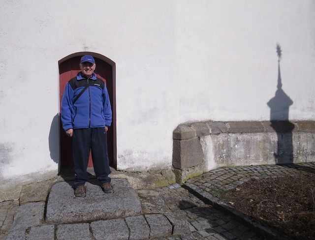 Jarda Sysel na pranýři u kostela v Měříně