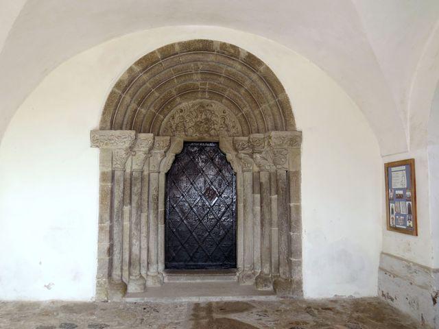 portál měřínského kostele má shodné prvky s portálem třebíčské baziliky sv. Prokopa