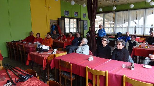 účastníci sledují instruktážní film studia BRAJA