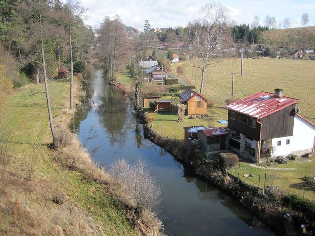 pohled z železničního mostu na rantířovské chaty u řeky Jihlavy