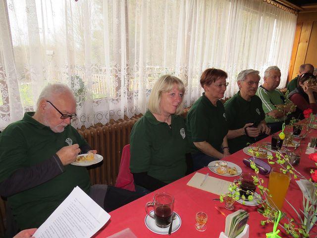 kolegové, kteří měli během poslední doby životní výročí, přinesli pamlsky; www.svatosi.cz