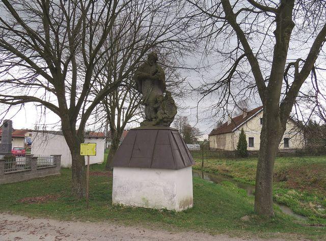 na soše sv. Jana Nepomuckého je vytesán letopočet 1562