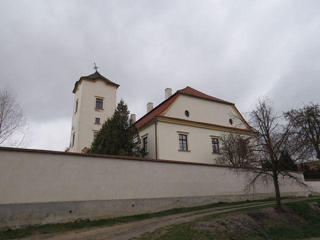 zámek v Černé je ohrazen vysokou zdí