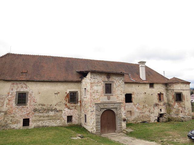 renesanční zámek vznikl v polovině 16. století z původní středověké tvrze