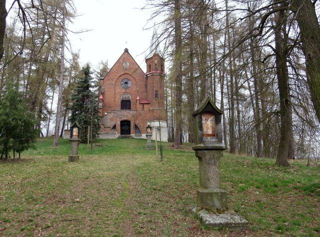 je hrobce Lobkoviců v Netíně vede křížová cesta