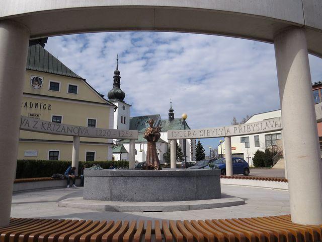 památník ohraničuje 12 sloupů, na jejichž horních překladech jsou texty