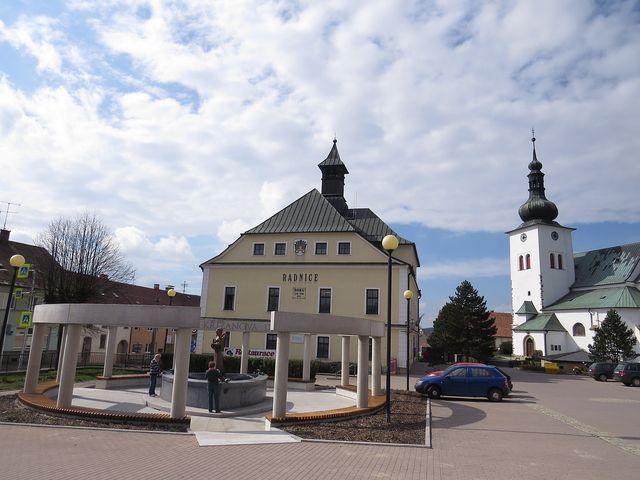 náměstí v Křižanově s památníkem sv. Zdislavy