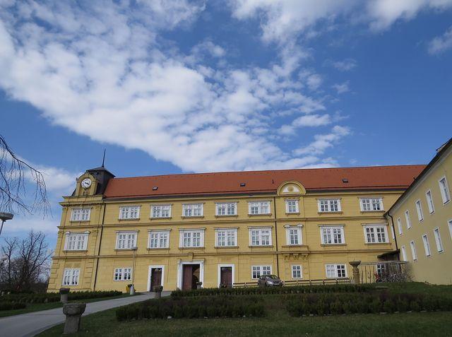 zámek v Křižanově stojí na místě hradu, kde se narodila sv. Zdislava