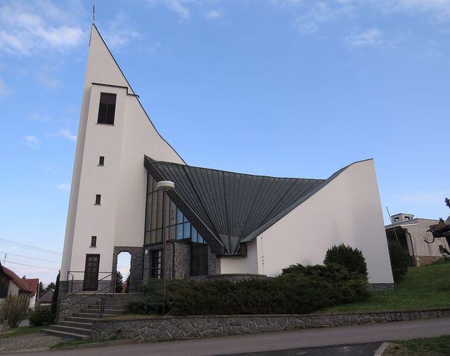 kostel v Horní Libochové byl postaven podle návrhu architekta Ludvíka Kolka z Brna