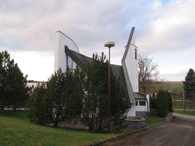 v Horní Libochové, obci se dvěma stovkami obyvatel, je tenhle krásný kostel