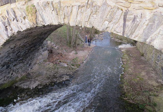 pod 3 metry širokým mostem s jediným obloukem o desetimetrovém rozpětí je přepad vody z rybníka