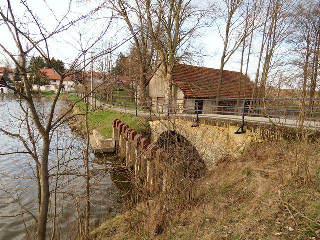 most u Dolnolibochovského rybníka je technickou památkou z 19. století
