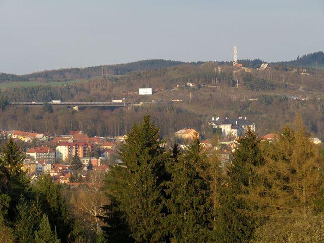 vyhlídka od kaple na město a rozhlednu na Fajtově kopci