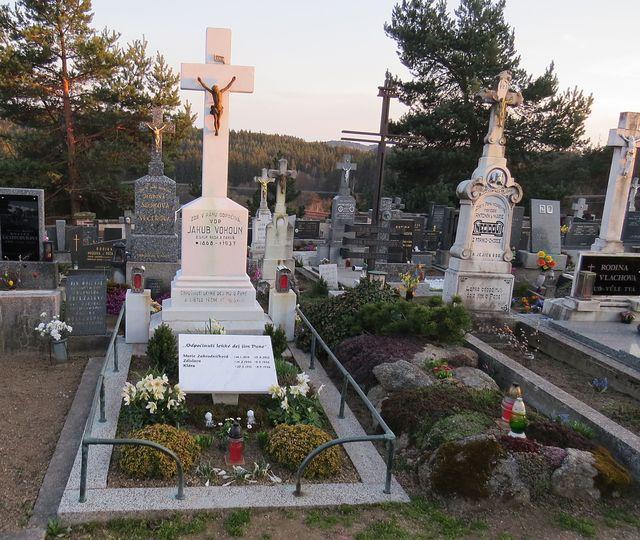 vlevo hrob paní Marie Zahradníčkové a jejích dcerušek, vpravo hrob básníka Jana Zahradníčka