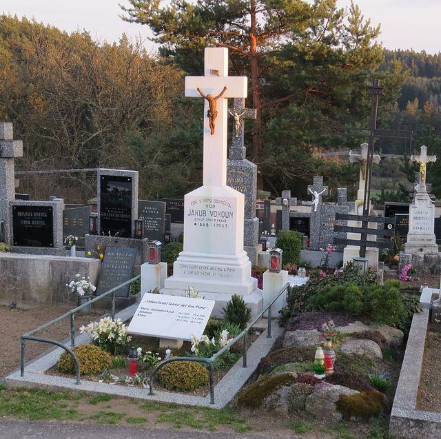 zde odpočívá básník Jan Zahradníček, jeho manželka a dcerky