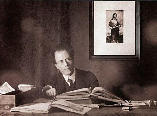 Gustav Mahler s obrazem sv. Cecilie, patronky duchovní hudby; foto z webu