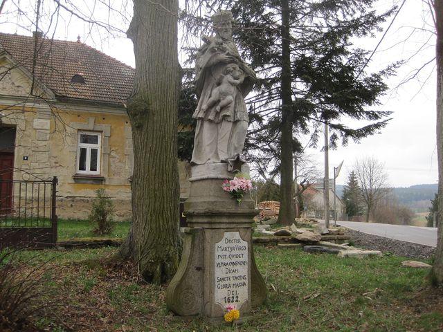 socha sv. Jana Nepomuckého při vjezdu do obce Černá nese letopočet 1622, prý je ale asi o sto let mladší