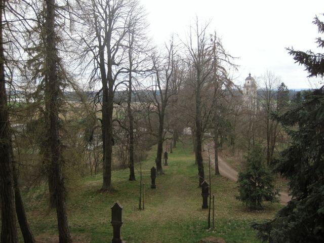 lipová alej s křížovou cestou vede od kostela k lobkovické hrobce
