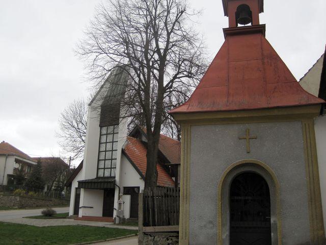 kaple sv. Anny se zvoničkou na návsi v Lavičkách