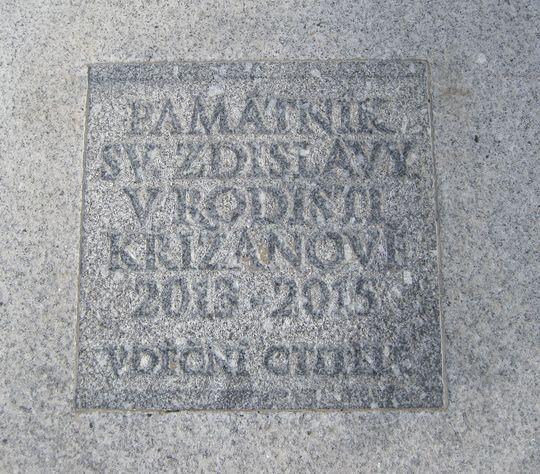 text vytesaný do kamenné dlažby