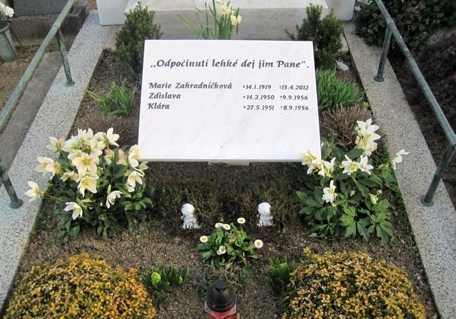 na hřbitově v Uhřínově