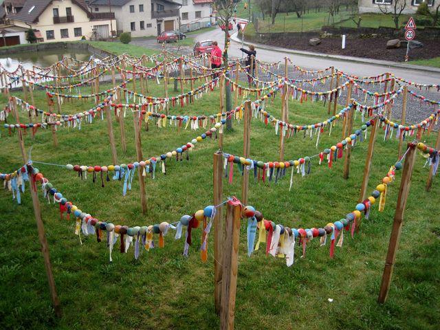 půvabné a nápadité bludiště na trávníku před obecním úřadem v Rosičce