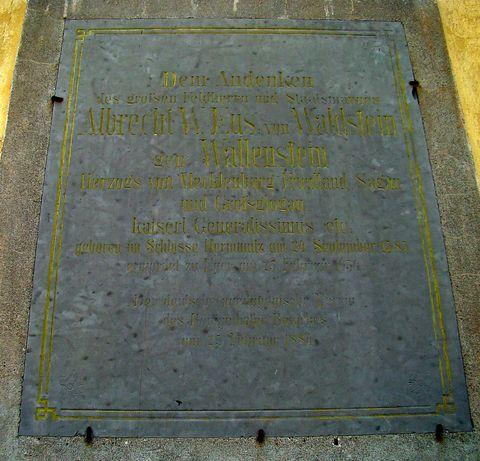 pamětní deska na kostele připomíná, že se na zdejší tvrzi narodil Albrecht z Valdštejna