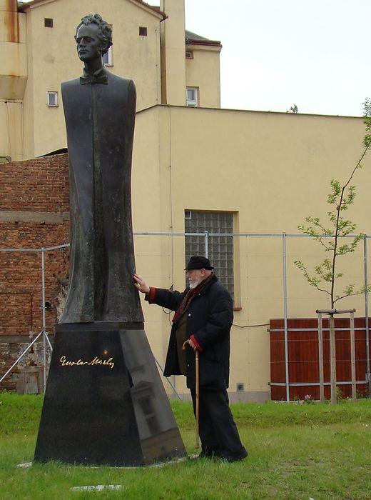 1. června 2010 - sochař Jan Koblasa vyprovází svoji sochu do života; www.svatosi.cz