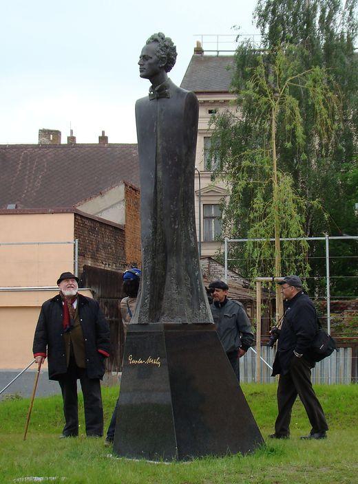 instalace sochy Gustava Mahlera v jihlavském parku 1. 6. 2010