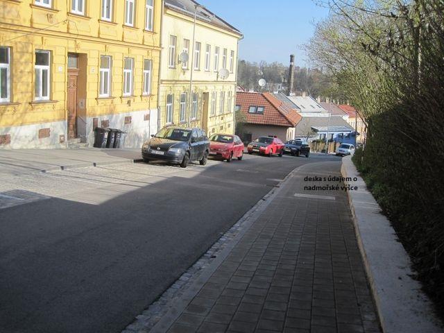 Srázná ulice - výškový rozdíl činí 45 metrů; www.svatosi.cz
