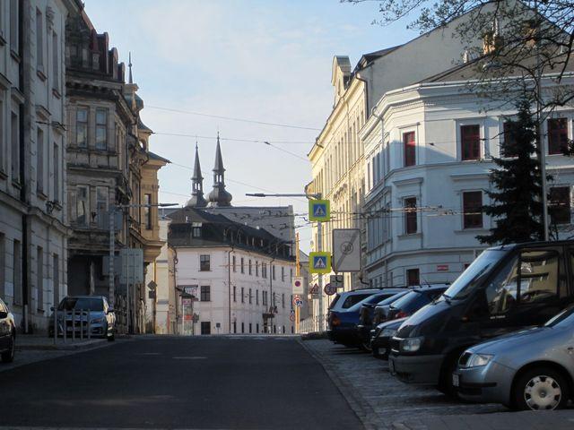 vystoupali jsme do středu města - před námi budova hotelu Gustav Mahler (dříve dominikánský klášter), za ní věže kostela sv. Ignáce, vlevo budova ekonomické školy, vpravo ZŠ Křížová