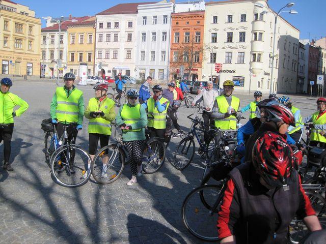 na náměstí se sjíždějí cyklisté