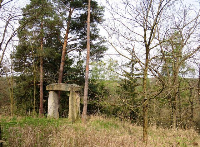 dolmen nad údolím Rokytné