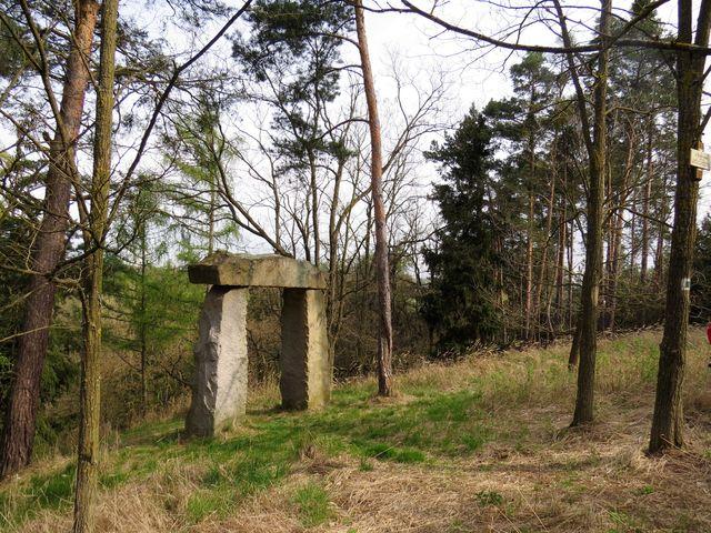 kameny byly vztyčeny v roce 1927 na památku tragicky zemřelého mladíka