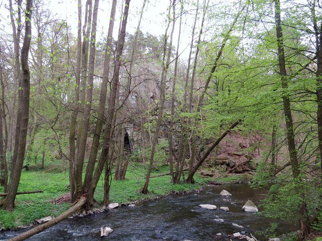 sevřené údolí Rokytné nabízí za každým ohybem jinou scenérii