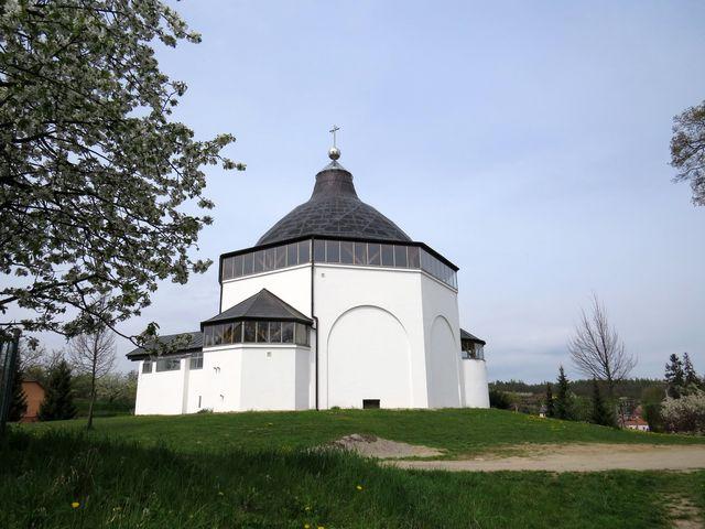 pohled na kostel od rybníka Kacíř
