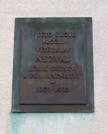 pamětní deska na budově školy v Šemíkovicích