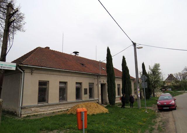 bývalá obecná škola v Šemíkovicích, kde žil od roku 1903 Vítězslav Nezval