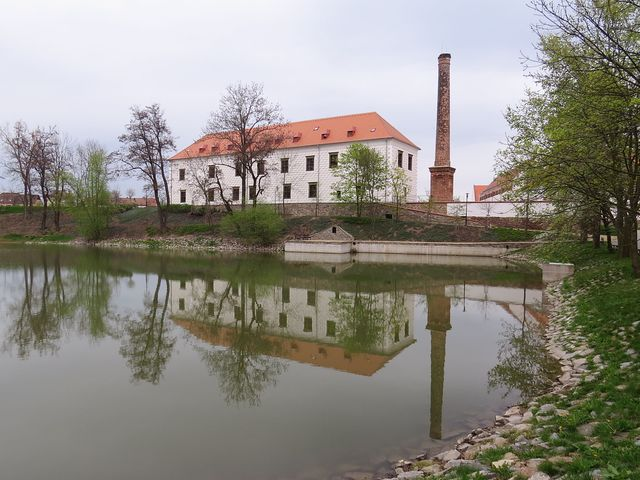 k zámku patří park a rybníky s vyhlídkovým nábřežím