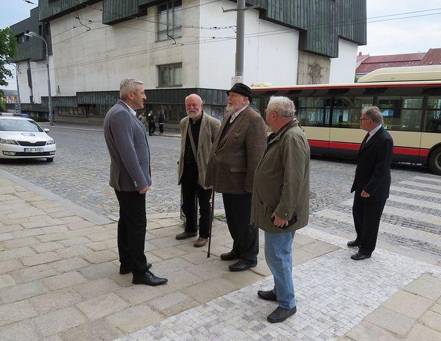 Ing. Rudolf Veverka přichází převzít nejvyšší ocenění udělené městem jeho dědovi
