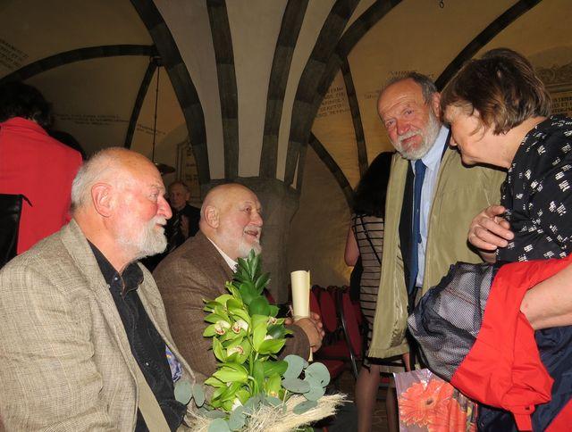 manželé Poukarovi v rozhovoru s oběma sochaři