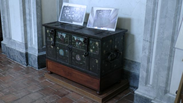 cestovní pokladna z doby Valdštejnovy - na fotografiích je vidět systém zámků trezoru; foto FJ