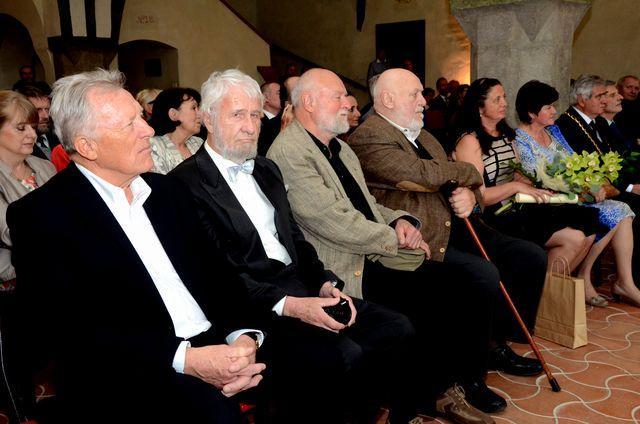 hokejista Jiří Holík, zoolog Ing. Vladislav Jiroušek a sochař Jan Koblasa obdrží Cenu města Jihlavy; foto J. Černo