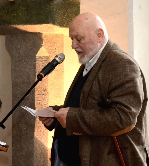 sochař Jan Koblasa promlouvá po převzetí ceny ke shromážděným; foto J. Černo