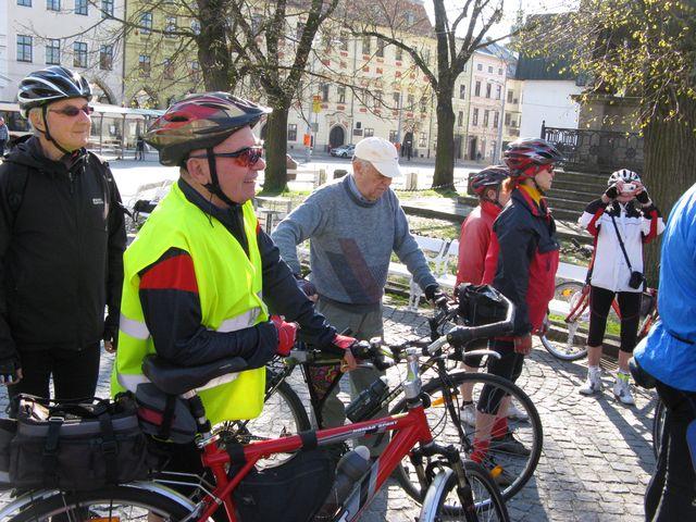 cyklisté ze všech tří jihlavských odborů KČT se přišli vzájemně pozdravit - foto jd