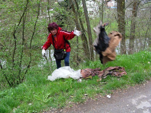 Pavla Varhaníková čistí břeh s velkou energií; foto MB