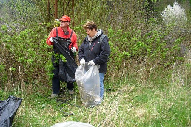 Korbelovi čistí břehy řeky u Helenínské silnice; foto P. Varhaníková
