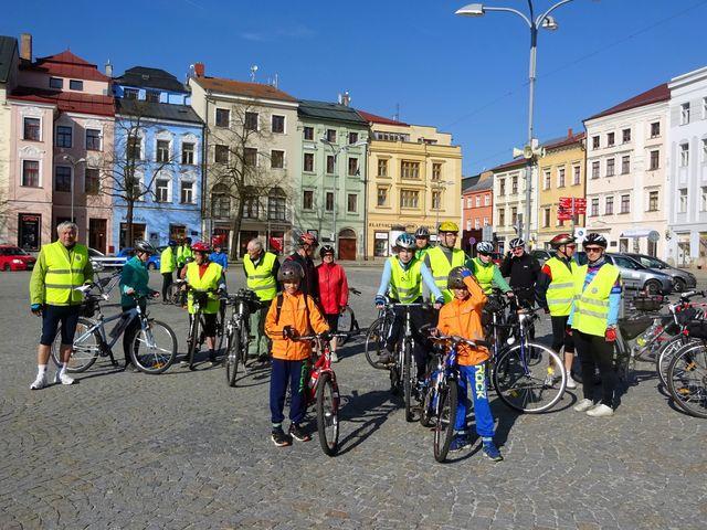 většina turistů z odboru Čeřínek oblékla žluté bezpečnostní vesty - foto vv